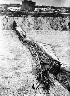 the Upper Steel Arch Bridge (Honeymoon Bridge Collapse) - 1938 Niagara Falls History, Niagara Falls Ny, Old Pictures, Old Photos, Vintage Photos, Niagara Falls Pictures, New York Snow, Old Bridges, East Aurora