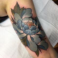 Tatuagem feita por Ag Tattoo de São Paulo.    Flor azul no braço.