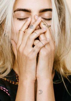 petit tatouage femme, doigts, phalange, lune, oeil, flèches, petits points, motifs tribal, tattoo discret