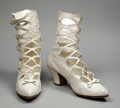 Woman's wedding boots, c. kid leather, sueded leather, pearls (Los Angeles County Museum of Art collection) Edwardian Shoes, Victorian Shoes, Edwardian Fashion, Victorian Era, Vintage Fashion, Vintage Outfits, Vintage Boots, Vintage Dresses, Vintage Accessoires