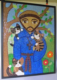Quadro em mosaico da imagem de São Francisco de Assis com três gatinhos. Trabalhado com pastilhas de vidro, pastilhas cristal, vidro especial, azulejo e espelho. O mosaico foi rejuntado com seis cores diferentes, com o objetivo de realçar cada detalhe do trabalho. <br>Moldura tipo caixa, preta, com espessura de 2 cm. O quadro tem 90 x 70 cm.