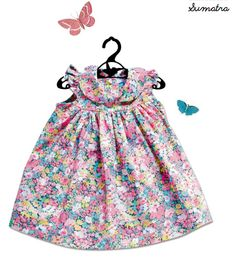 Robe col claudine, manches papillonBoutonnée au dos100% LibertyExiste du 6 mois au 36 moisDisponible sous 3 ou 4 semaines-------------------------------Dress with peter pan collar, butterfly sleevesBack buttoned100% LibertyExists in size 6 to 36 monthsAvailable in 3 to 4 weeks