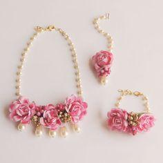 Flower Jewellery For Mehndi, Flower Jewelry, Cute Jewelry, Bridal Jewelry, Jewelry Design Earrings, Fashion Earrings, Fashion Jewelry, Handmade Wire Jewelry, Making Ideas
