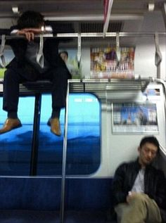 A train passenger with scant regard for tradition Anti Social Behaviour, Human Behavior, Funny Fails, Funny Memes, Hilarious, Wrong Meme, Aesthetic Japan, Youre Doing It Wrong, Funny Meme Pictures