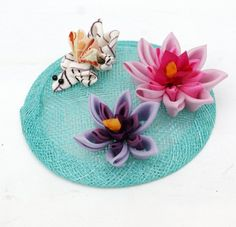 This beautifully detailed statement fascinator features a goldfish made of…