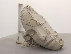 Mark Manders, 'Dry Clay Head on Concrete Floor', 2016, 252,5 x 127 x 127 cm., beschilderd brons, beschilderd hout, offsetdruk op papier, beton ijzer en glas, courtesy Zeno X Gallery Antwerpen © foto Peter Cox
