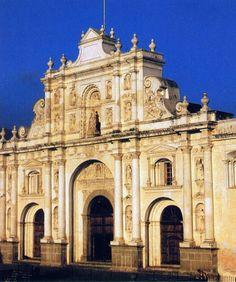 Fachada de la catedral de Antigua, iniciada en 1669, sorprende por la pureza de su estilo español y por la simplicidad de sus lisas columnas sobre zócalos de los que todo énfasis ha desaparecido.