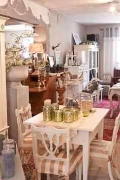 Auch Shabby Möbel und Deko, restaurierte und unrestaurierte Möbel finden Sie bei uns auf über 500 qm in der Antiken-Schatzkiste bei Bamberg. Antik Sofa, Sofas, Table Settings, Shabby, Table Decorations, Furniture, Home Decor, Antique Chairs, Bamberg