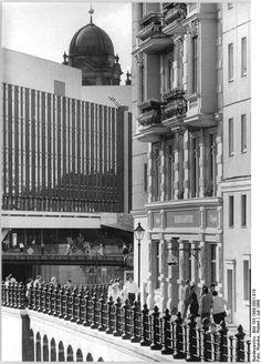 BERLIN Juli 1988, Nikolaiviertel, links der heute abgerissene Palast der Republik   dahinter der Berliner Dom
