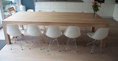 witte stoel in combi eiken tafel