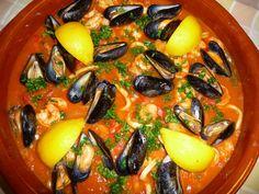 Zarzuela, Spaanse visschotel met zeevruchten. Spanish Cuisine, Fish Dishes, Camping Meals, Fish And Seafood, Paella, Vegetable Pizza, Casserole, Crockpot, Food Porn