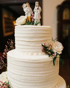 The bride's aunt and cousin made the wedding cake, which was white velvet with a buttercream exterior, and topped withantique English china figurines belonging to the bride's White Wedding Cakes, Cool Wedding Cakes, Wedding Cake Designs, Unique Cake Toppers, Wedding Cake Toppers, White Velvet Cakes, Wedding Flower Decorations, Martha Stewart Weddings, Themed Cakes