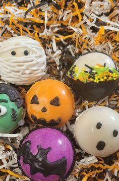 Hot Chocolate Gifts, Crockpot Hot Chocolate, Vegan Hot Chocolate, Chocolate Bomb, Chocolate Covered, Halloween Treats For Kids, Halloween Goodies, Halloween Desserts, Halloween Crafts