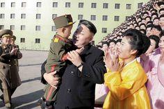 Fidèle à ses habitudes, Kim Jong-un a déclenché les larmes des Nord-Coréennes qu'il a rencontrées à Pyongyang. Les photos, diffusées ce mardi par l'agence de presse officielle KCNA, montrent les mères issues des «familles exemplaires de l'armée» mises en scène sur une estrade, un enfant portant un uniforme de l'armée nord-coréenne étant même placé entre les mains du «leader suprême». Ces images d'un président chaleureux et souriant contrastent avec les rumeurs qui prêtent à la Corée du Nord…