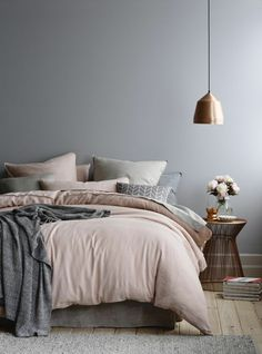 suspension cuivre, chambre à coucher pâle