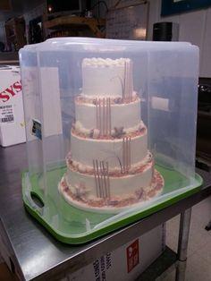 Que buena idea para transportar pasteles altos con cajas de plástico.