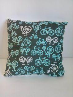 Poduszka turkusowe rowery na kremowym minky. Wymiary: ok 35x35cm. Ręcznie wykonane. Materiał strona kolorowa: 100% bawełna organiczna. Materiał strona minky: 100% poliester.