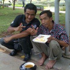 Menu hidangan yang pas untuk teman nasi panas dipagi hari pastinya sambal kerang pedas. Sambel kerang sudah tidak asing lagi di Indonesia.Ca...