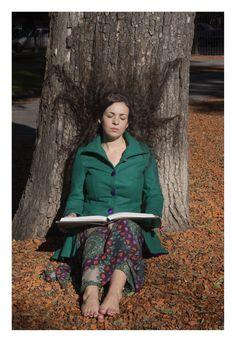 Model: Verónica Wainer - PH Nathalia Heim - tree girl dream book mujer soñadora en el árbol