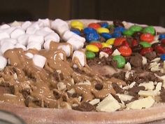 chocolate pizza dessert recipe from the Food Network Chocolate Pizza, Chocolate Desserts, Nutella Chocolate, Chocolate Marshmallows, White Chocolate, Delicious Desserts, Dessert Recipes, Yummy Food, Sweet Desserts