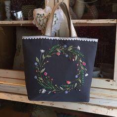 #자수백 #프랑스자수#자수수강 #송도자수샾 #소품판매 #선물 #린넨원단 #스티치북 #송도카페추천 #embroidery #hadecrafted #stitch #decoration #gift #handmade #bag #flower #wreath