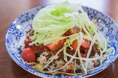 Introductie: Een heerlijk koolhydraatarm hoofdgerecht, taco rijst. Taco rijst is een recept afkomstig van het Japanse eiland Okinawa. De lokale bevolking heeft dit recept ontwikkeld voor de Amerikaanse militairen die gestationeerd zijn op het eiland. In dit recept is dan ook van beide culturen iets terug te vinden. Om het recept koolhydraatarm te maken, heb …