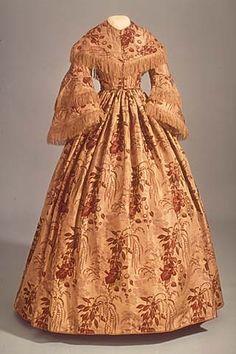 1857 - robe de jour - Elle est très colorée et de nouveau le col et les manches sont ornées de franges. Victoria et Elizabeth