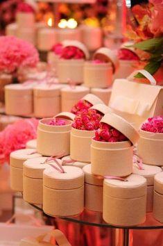 Lembrancinhas de 15 anos mini rosas #lembrancinhas #15anos #decor Debut Souvenir Ideas, Debut Ideas, Cute Birthday Gift, 15th Birthday, Birthday Souvenir, Party Gifts, Party Favors, Cadeau Client, Diwali Gift Hampers