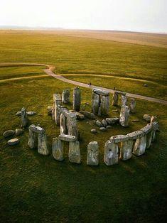 Stonehenge localizado na planície de Salisbury, próximo a Amesbury, no condado de Wiltshire, no Sul da Inglaterra.