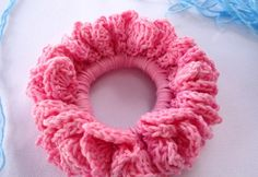 crochet hair scrunchie tutorial - this is wrong! Bad things happen when good people stand by & do nothing. So I will not be silent. Just say no to scrunchies. All scrunchies. But especially crochet scrunchies. Crochet Gratis, Crochet Diy, Tutorial Crochet, Crochet Tutorials, Crochet Round, Double Crochet, Single Crochet, Crochet Hair Accessories, Crochet Hair Styles