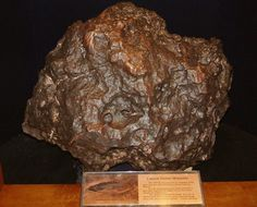 The well-known Canyon Diablo meteorite which formed Arizona Crater, on display in Canterbury Museum (NZ), another Ni-Iron with ~ Ni. Crystals Minerals, Rocks And Minerals, Stones And Crystals, Iron Meteorite, The Sky Is Falling, Cosmos, Historical Artifacts, Meteor Shower, Space And Astronomy