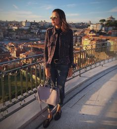 Quem é que precisa de filtro quando se tem um pôr do sol para clarear a sua foto?!? 😜🌅😏😎🤗🌻🔥☀️📸 . . . . . . . . #nofilter #aboutyesterday #pic #sunset #top #latergram #photography #look #mylook #mystyle #myoutfit #fashion #style #fashiongram #travel #fashionblog #cool #bloggerstyle #blogger #tips4life  #fashiondaily #fashionstyle #fashionblogger #oporto #portugal #wanderlust #porto #instago
