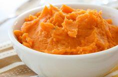 Ингредиенты: Мускатная тыква (очистить, нарезать) – 1,3 кг Растительное масло – 1,5 ст.л. Картофель (очистить, разрезать картофелины на 4 части) – 1,3 кг Чеснок – 4 зубчика Полужирные сливки – 1 чашка Несоленое сливочное масло – 100 гр Кошерная соль – по вкусу