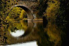 Старый мост в Колпино Расположен на Приневской низине, на реке Ижоре (левый приток Невы), в 26 км к юго-востоку от исторического центра Санкт-Петербурга