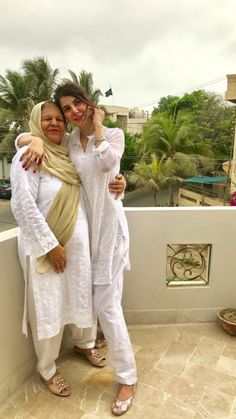 Pakistani Fashion Casual, Pakistani Outfits, Indian Outfits, Pakistan Fashion, India Fashion, Cute Outfits With Jeans, White Outfits, Mother Daughter Fashion, Casual Dresses