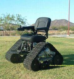 [F]キャタピラ付きの移動式椅子。本来の用途は不明だが、熱帯地や砂漠地での移動手段として利用できそう。