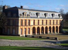 Château+de+Dampierre:+Communs+du+château,+dans+le+Parc+Naturel+Régional+de+la+Haute+Vallée+de+Chevreuse - France-Voyage.com