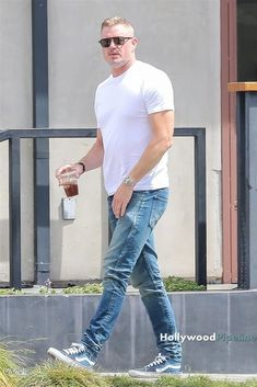 Eric Dane grabs a coffee togo and jumps in his brand new Porsche 911 Coupe. Eric looks casual for the outing in sunglasses, a white t-shirt, blue jeans and sneakers. Eric Dane, Mark Sloan, Skylar Astin, The Last Ship, Greys Anatomy Cast, New Porsche, James Maslow, Hottest Male Celebrities, Jeans And Sneakers