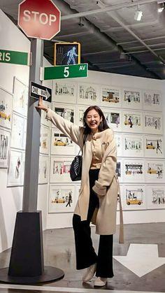 Brown cardi w/black flowy pants Kim Jennie, Kpop Outfits, Korean Outfits, Cute Outfits, Blackpink Fashion, Korean Fashion, Fashion Outfits, Korean Airport Fashion, Black Pink Kpop