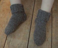 Patron de chaussette au tricot pour les enfants   Bonjour Handmade par AnnyMay Patterned Socks, Knitting Socks, Fingerless Gloves, Arm Warmers, Children, Kids, Handmade, Jai, Pierrot