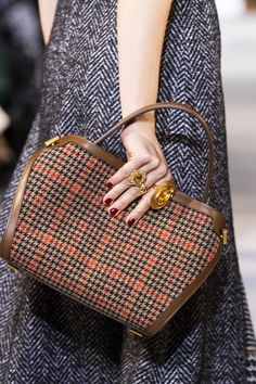 Oscar de la Renta at New York Fashion Week Fall 2019 - Edgy Bags - Fashion 2018 Trends, Casual Fashion Trends, Autumn Fashion Casual, Fashion Week, New York Fashion, Fashion Edgy, Fashion Spring, Tartan Fashion, Fashion Boots