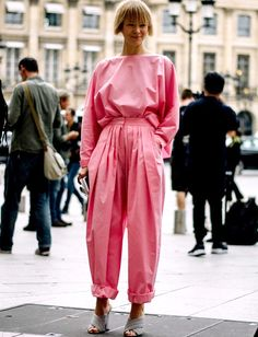 Pour ou contre le rose traité en mode minimaliste-oversize ? (photo Vogue)