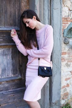 Today I'm loving this pale pink sweater and skirt combo! Wearing it with a black cross-body bag and pink nails! | Oggi mi piace questo look di rosa. L'indosso con una piccola borsa nera e le unghie rosi!
