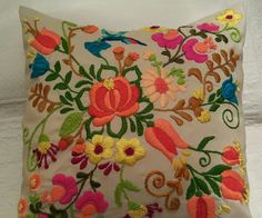 Bordado Mexicano by Silvana Mexican Embroidery, Hungarian Embroidery, Embroidery Needles, Crewel Embroidery, Hand Embroidery Designs, Embroidery Patterns, Cushion Embroidery, Folk Art Flowers, Quilt Stitching