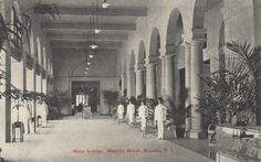 Manila Hotel: Main entrance to the hotel. The staff always prepared to provide exceptional service.