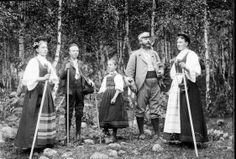 N. Fron 13/8 1896. Fullmektig Brynhildsen med fam. Gruppebilde, mann, kvinner i folkedrakt, gutt og jente i folkedrakt.