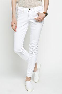 Białe spodnie to must have tego lata Must Haves, White Jeans, Pants, Fashion, Trouser Pants, Moda, Fashion Styles, Women Pants, Fasion