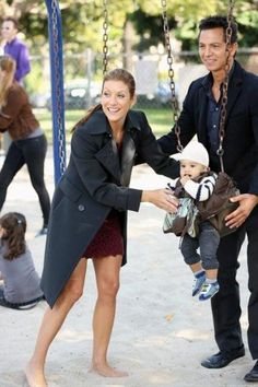Addison Montgomery, Jake Reilly and Henry @ the playground. Addison Montgomery, Erin Walsh, Kate Walsh, Tv Couples, Famous Couples, Abc Tv Shows, Movies And Tv Shows, Torres Grey's Anatomy, Benjamin Bratt