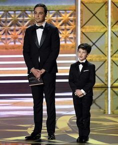 Jim Parsons' 'Young Sheldon' Star Iain Armitage Joins Him at Emmys Big Bang Theory Funny, The Big Band Theory, Best Sitcoms Ever, Jim Parsons, Big Bang Top, Nostalgia, Bangs, Michael Fassbender, Mars