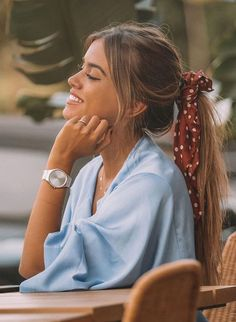 Maneiras de usar lenço no cabelo: inspirações de lenços, bandanas e scrunchies em penteados Hairstyles For Summer, Gray Hairstyles, Beach Hairstyles, Tied Hairstyles, Hairstyles With Ribbon, Natural Hairstyles, Southern Hairstyles, Hairstyles With Scarves, Simple Hairstyles For School